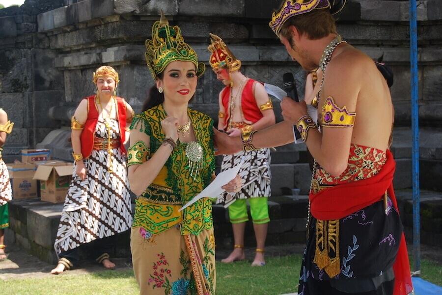Frauen und Männer in traditioneller indonesischer Kleidung