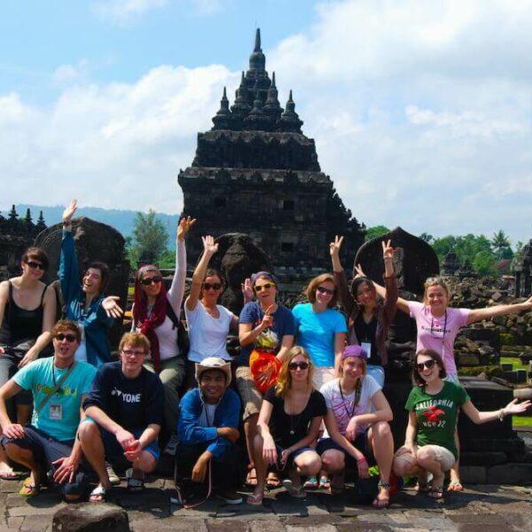 Karmalaya-Gründerin Tina Eckert mit Gruppe bei Tempel-Workcamp in Indonesien.