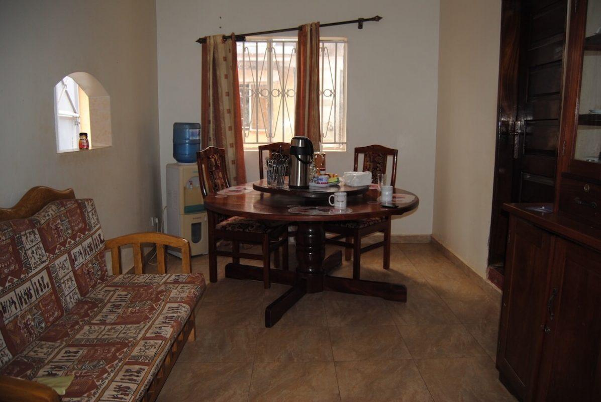 Esszimmer im Karmalaya Volontärhaus in Kampala