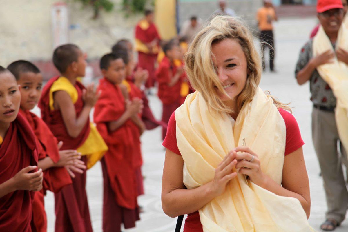 Karmalaya und Kaliis Gründerin Tina Eckert im Kloster in Nepal