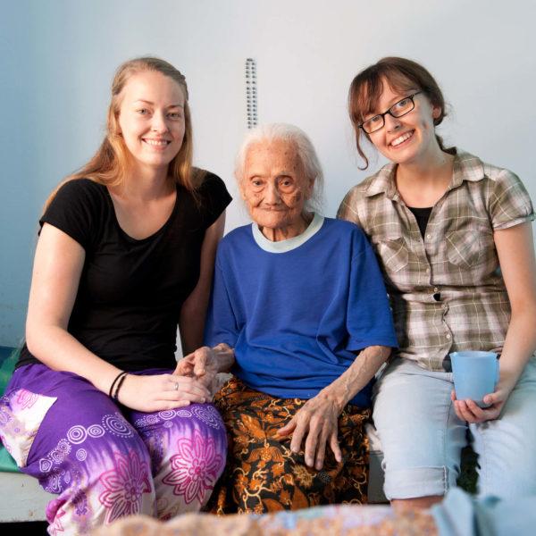 2 Voluntäre mit alter Frau im Altenpflegeprojekt auf Java