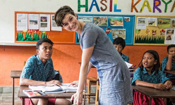 1 Voluntärin mit Kinder im Slum-Projkekt auf Java
