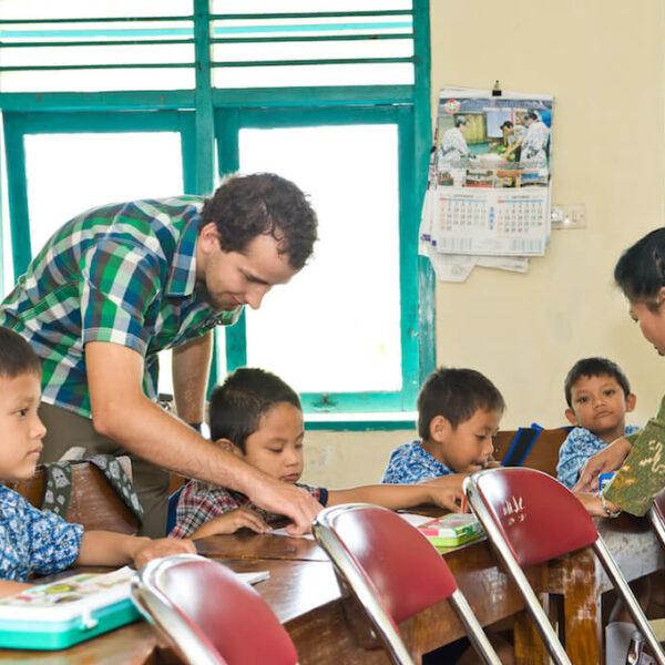 1 Voluntär mit beeinträchtigten Kindern im Physiotherapie-Projekt auf Java