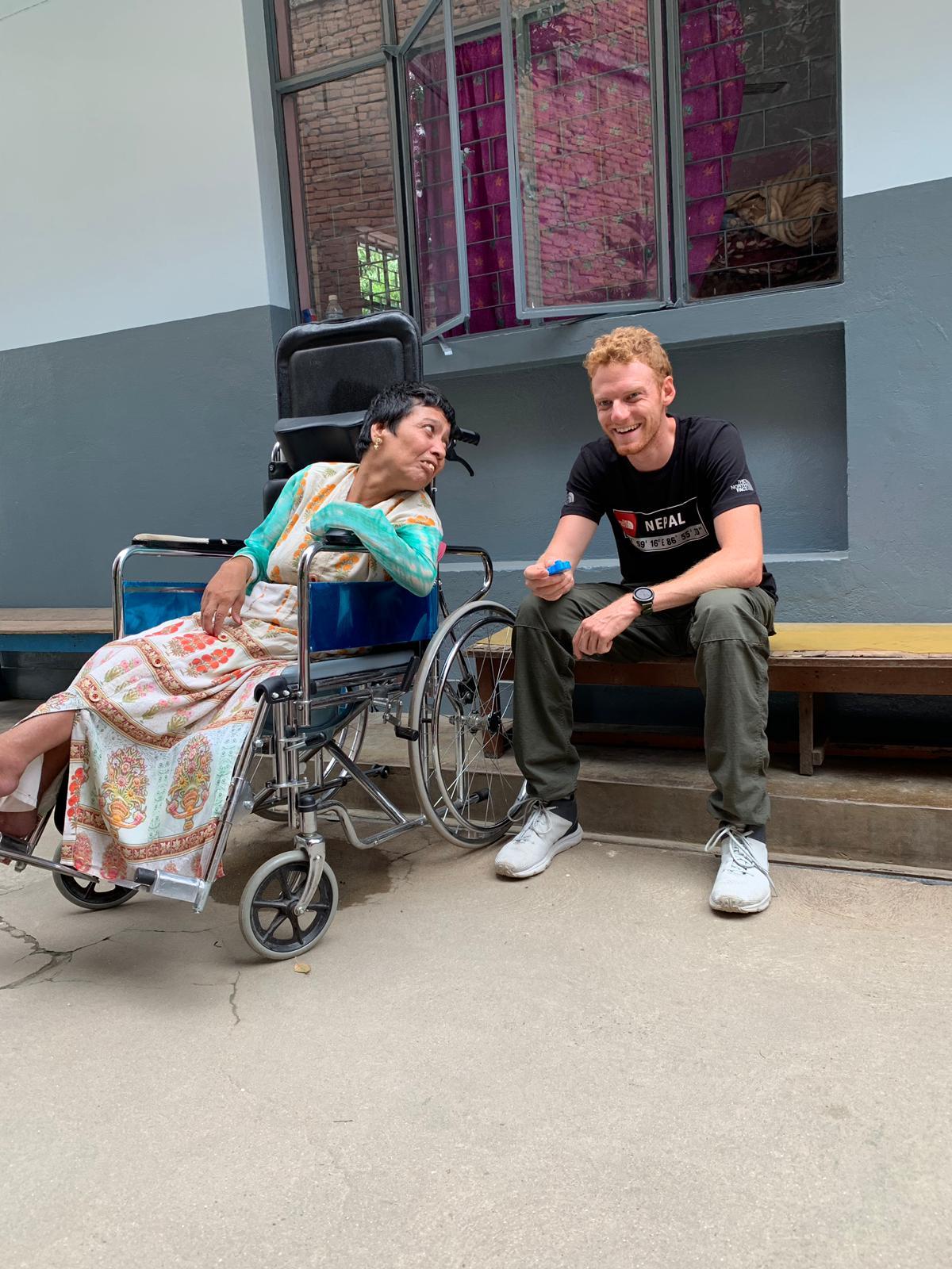 Volontär Hannes im Physiotherapie-Projekt in Nepal